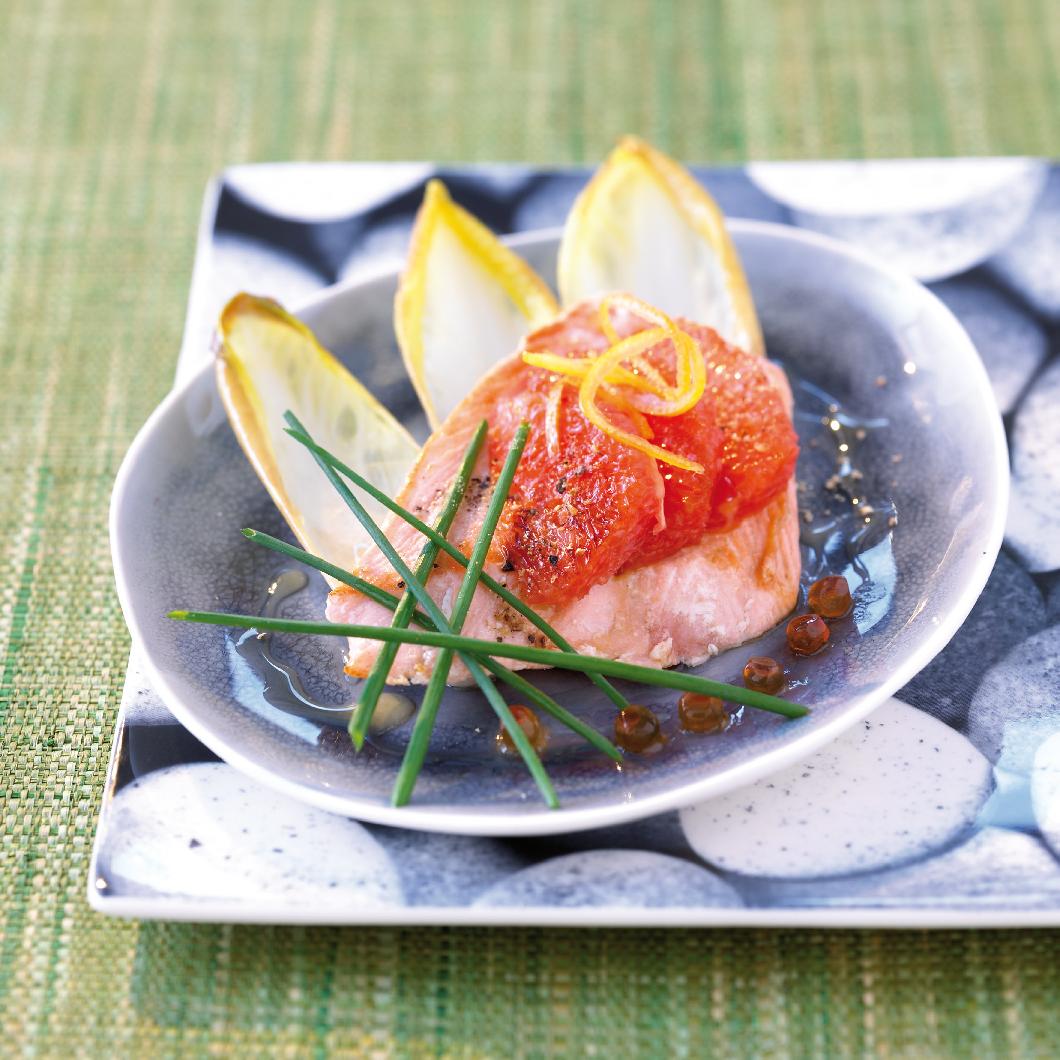 Filets vom wilden Alaska Pink-Lachs mit Chicorée und pink Grapefruit